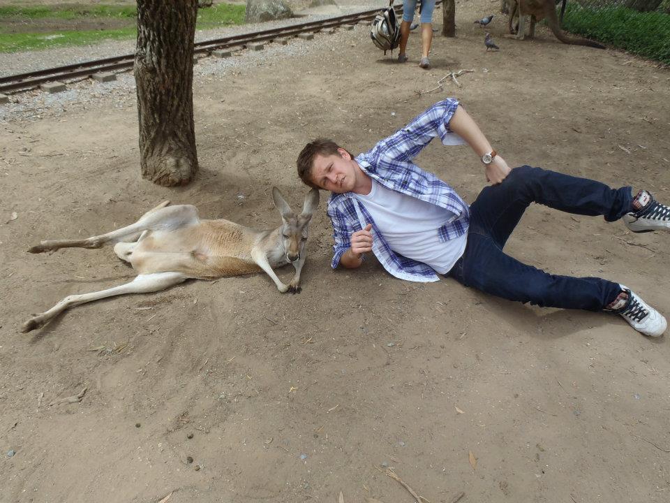 Seničan Ivan v Austrálii s klokanom